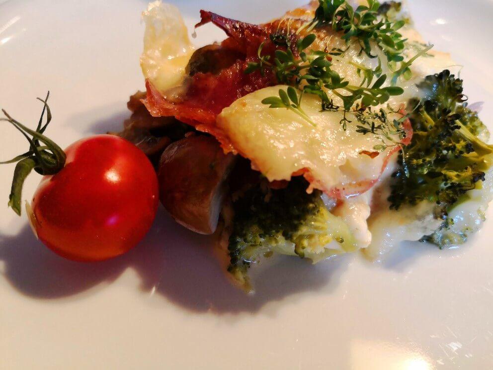 Brokkoli-Kartoffel-Auflauf mit Raclette und Salami