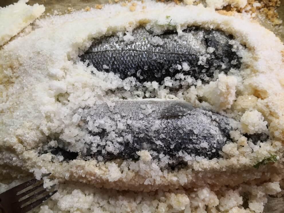 Wolfsbarsch im Salzmantel