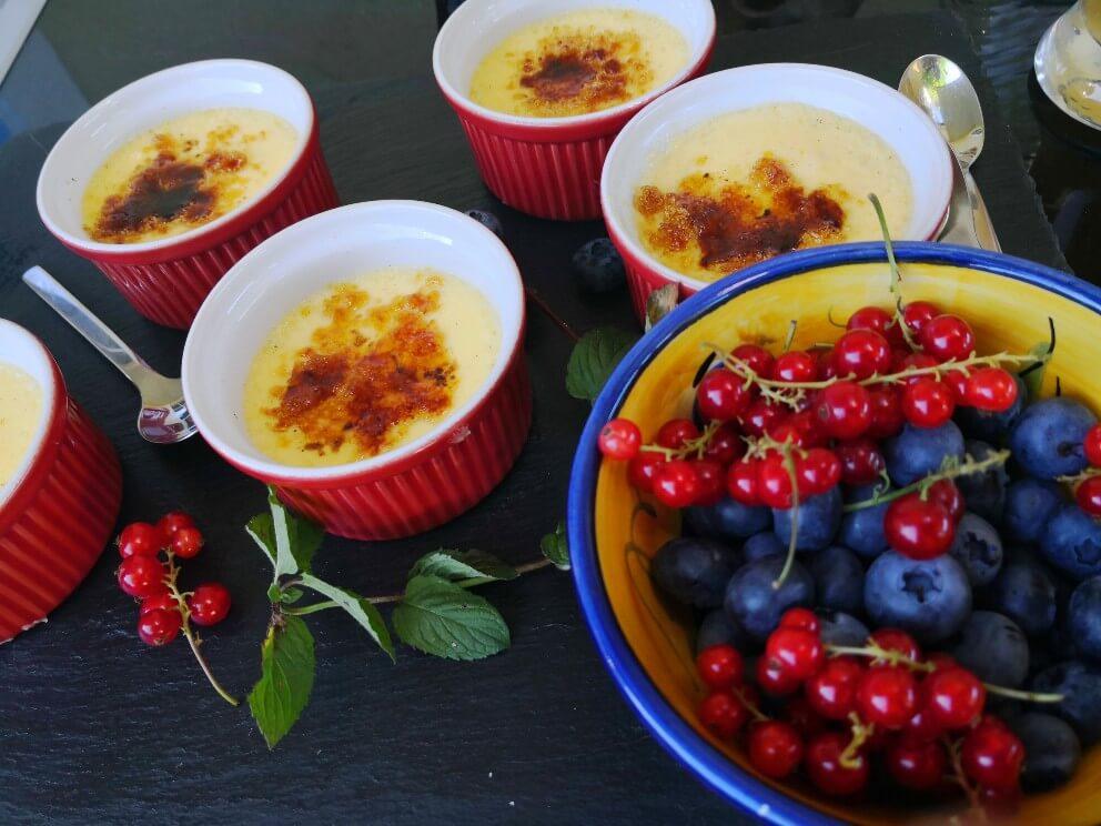 Crème brûlée mit sommerlichen Beeren