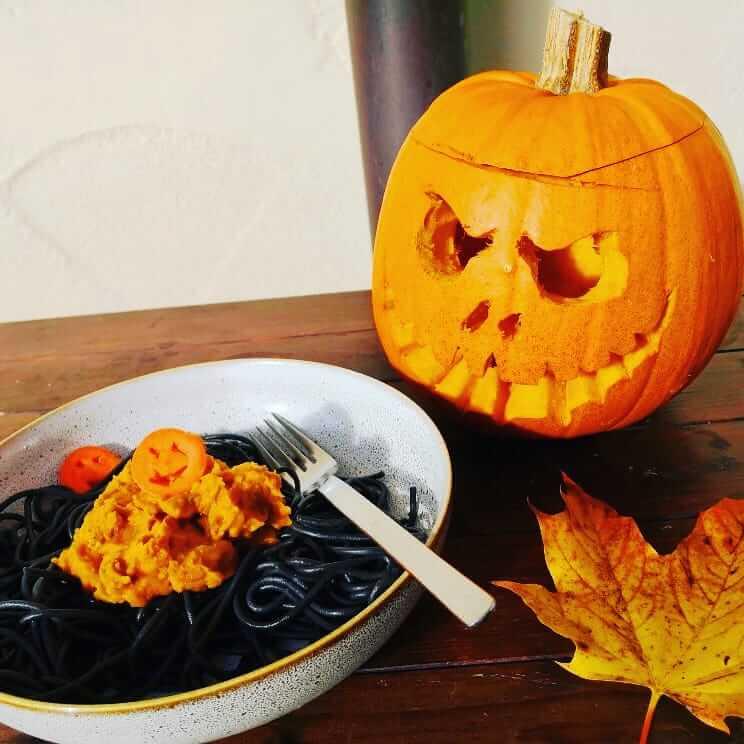 Halloween-Pasta mit Kürbisbolognese