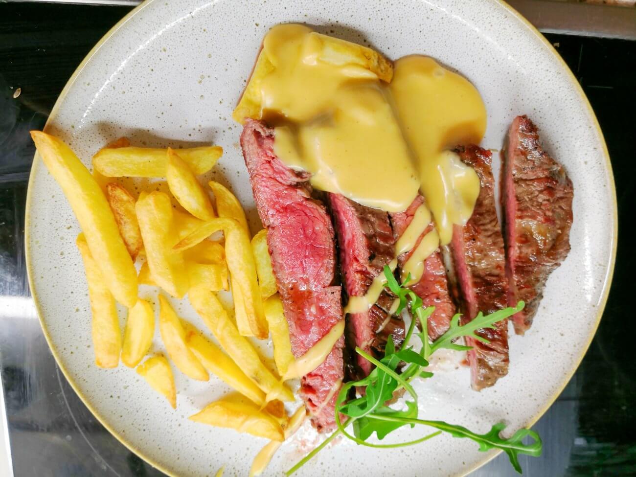 Flanksteak vom Grill garniert mit Bier-Käse-Sauce